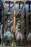 Groep oostelijke waterpijpen van diverse kleuren op een plank Stock Afbeelding