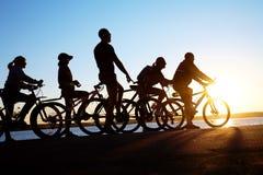 Groep op fietsen stock fotografie