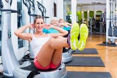 Groep op trillende platen in gymnastiek opleiding stock afbeeldingen