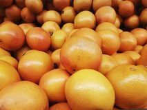 Groep oranje grapefruits op planken Royalty-vrije Stock Foto