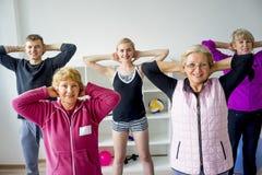 Groep oudsten die oefeningen doen Stock Afbeeldingen