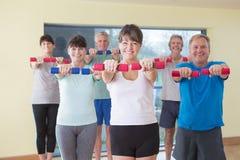 Groep oudsten met gewichten Stock Foto