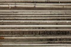Groep parallelle pijpen in fabriek Stock Afbeeldingen