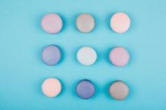 Groep pastelkleur kleurrijke macarons op in achtergrond Royalty-vrije Stock Afbeeldingen