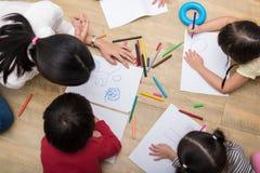 Groep peuterstudent en leraar die op papier in kunstklasse trekken Terug naar school en onderwijsconcept Mensen en levensstijlen royalty-vrije stock foto