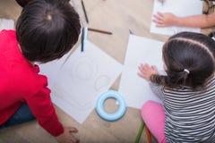 Groep peuterstudent en leraar die op papier in kunstklasse trekken Terug naar school en onderwijsconcept Mensen en levensstijlen royalty-vrije stock foto's