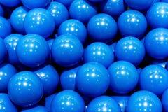 groep-plastic-blauwe-ballen-achtergrond-60222483.jpg
