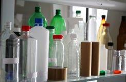 Groep plastic HUISDIERENflessen voor drank Stock Foto's