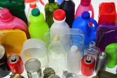 Groep plastiek en metaalcontainers stock foto