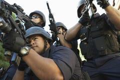 Groep Politieagenten die met Kanonnen streven stock fotografie