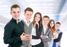 Groep positieve jongeren stock afbeelding