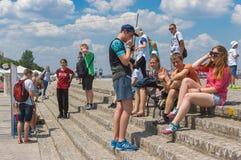 Groep positieve jongeren die rust op de de rivierdijk van Dniepr hebben royalty-vrije stock foto