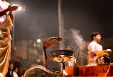 Groep priesters die Aarti uitvoeren - Hindoes godsdienstig ritueel van wo stock foto