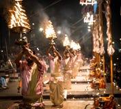 Groep priesters die Aarti uitvoeren - Hindoes godsdienstig ritueel van wo royalty-vrije stock foto
