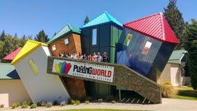 Groep reizigers die pret bij de In verwarring brengende Wereld, Wanaka, Nieuw Zeeland hebben stock fotografie