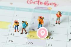 Groep reizigers miniatuur minicijfers met rugzak royalty-vrije stock fotografie