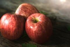 groep rode appel op houten lijst, rode appelachtergrond voor goed Royalty-vrije Stock Foto's