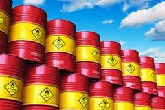 Groep rode gestapelde olietrommels tegen blauwe hemel met wolken Royalty-vrije Stock Afbeeldingen