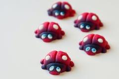 Groep rode lieveheersbeestjes met blauwe ogen stock afbeeldingen