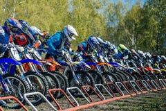 Groep ruiters op motorfietsen op beginnende lijn klaar te beginnen Stock Foto's