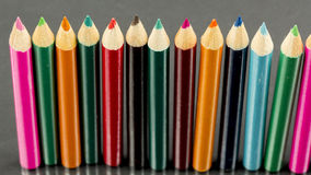 Groep scherpe kleurpotloden met bezinningen Stock Foto's