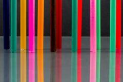 Groep scherpe kleurpotloden met bezinningen Stock Afbeelding