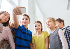 Groep schooljonge geitjes die selfie met smartphone nemen Stock Foto's