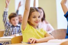Groep schooljonge geitjes met notitieboekjes in klaslokaal Royalty-vrije Stock Fotografie