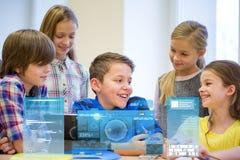 Groep schooljonge geitjes met tabletpc in klaslokaal royalty-vrije stock afbeeldingen