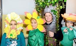 Groep schoolkinderen die kostuums dragen Stock Foto