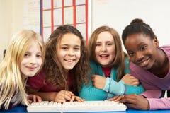 Groep Schoolmeisjes in de Klasse van IT Stock Foto's