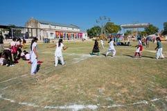 Groep schoolmeisjes die buiten spelen Stock Afbeeldingen