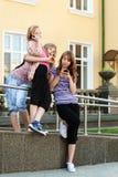 Groep schoolmeisjes die de celtelefoons uitnodigen Royalty-vrije Stock Foto