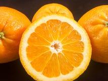 Groep sinaasappelen en halve sinaasappel Stock Foto's