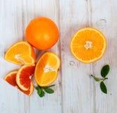 Groep sinaasappelen op de witte raad Stock Afbeeldingen