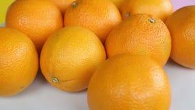 Groep sinaasappelen op een witte roterende plaat stock video