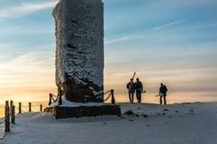 Groep skiërs op de berg hoogste Snezka Stock Afbeeldingen