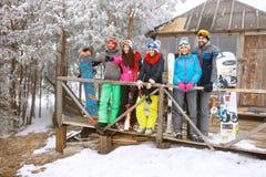 Groep skiërs in sneeuwberg die iets kijken royalty-vrije stock fotografie