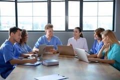 Groep slimme medische studenten met gadgets royalty-vrije stock foto's