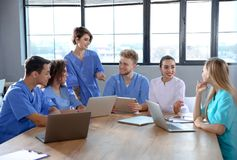 Groep slimme medische studenten met gadgets royalty-vrije stock afbeeldingen
