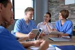 Groep slimme medische studenten met gadgets royalty-vrije stock fotografie