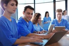 Groep slimme medische studenten met gadgets stock fotografie