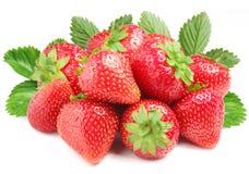 Groep smakelijke aardbeien met bladeren op ba Stock Afbeeldingen