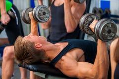 Groep sportmensen die zijn lichaam werken bij gymnastiek stock foto's