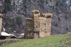 Groep steentorens in Ushguli, svaneti, Georgië Stock Foto's