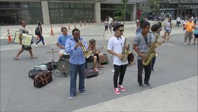 Groep straatmusici die bij straat spelen stock videobeelden