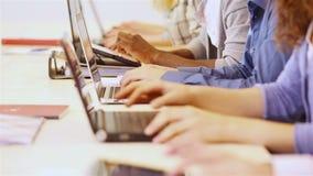 Groep studenten die aan computer werken stock footage