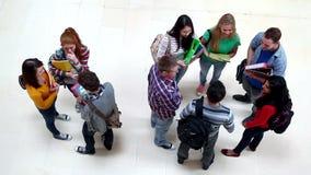 Groep studenten die in de gang babbelen stock videobeelden