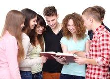 Groep studenten die en notitieboekje spreken houden royalty-vrije stock fotografie