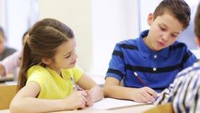 Groep studenten die en op school spreken schrijven